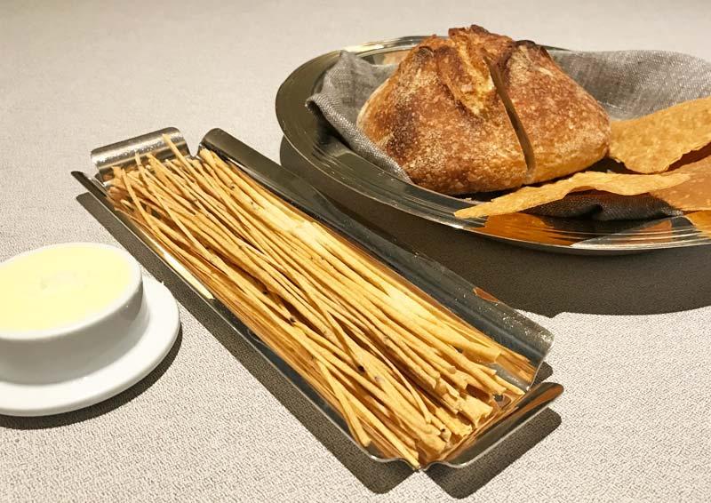 Grissini, pane a lievito madre e schiacce di quinoa e mais Burro d'alpeggio