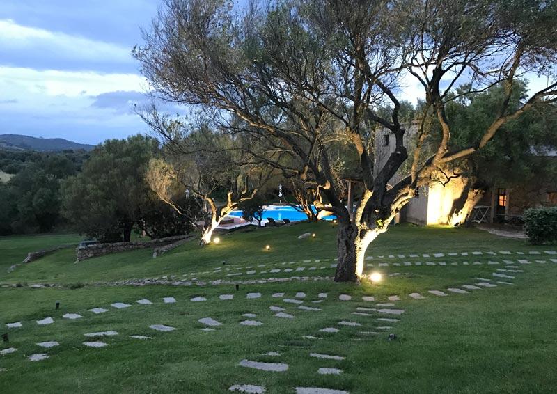 Stazzu Lu Cacciaru Resort - giardino di sera